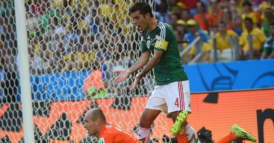 Robben cai após sofrer pênalti de Rafa Marquez no final da partida entre Holanda e México