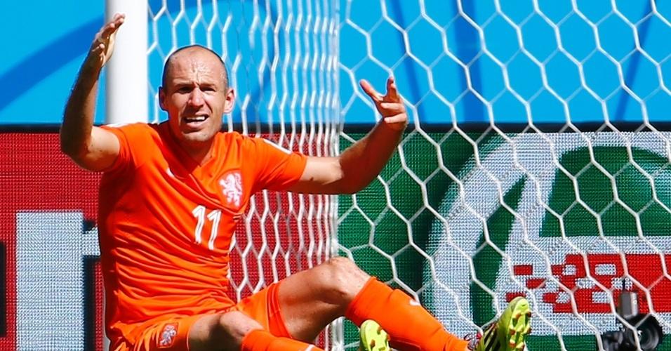 Robben reclama da não marcação de um pênalti para a Holanda durante partida contra o México