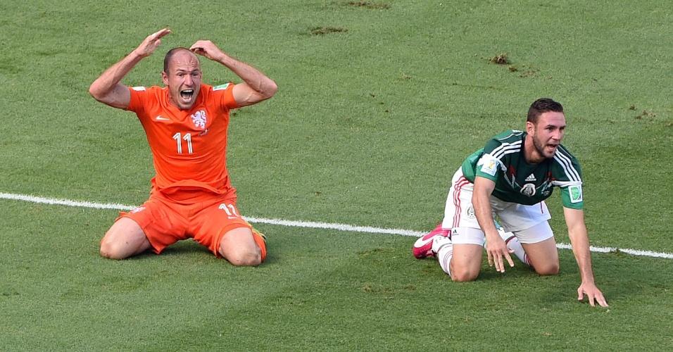 Robben se desespera após o árbitro não marcar pênalti para a Holanda