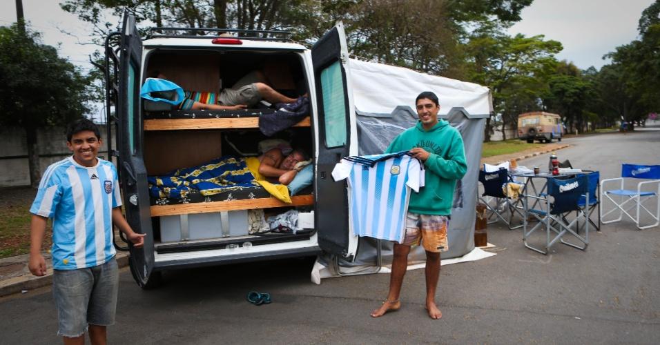 Rodrigo Omar 23 (moleton verde), Julian Abraham 15 (camisa argentina) e deitado na van Ricardo Avancini 43 anos motorista em grupo de argentinos no Autódromo de Interlagos.