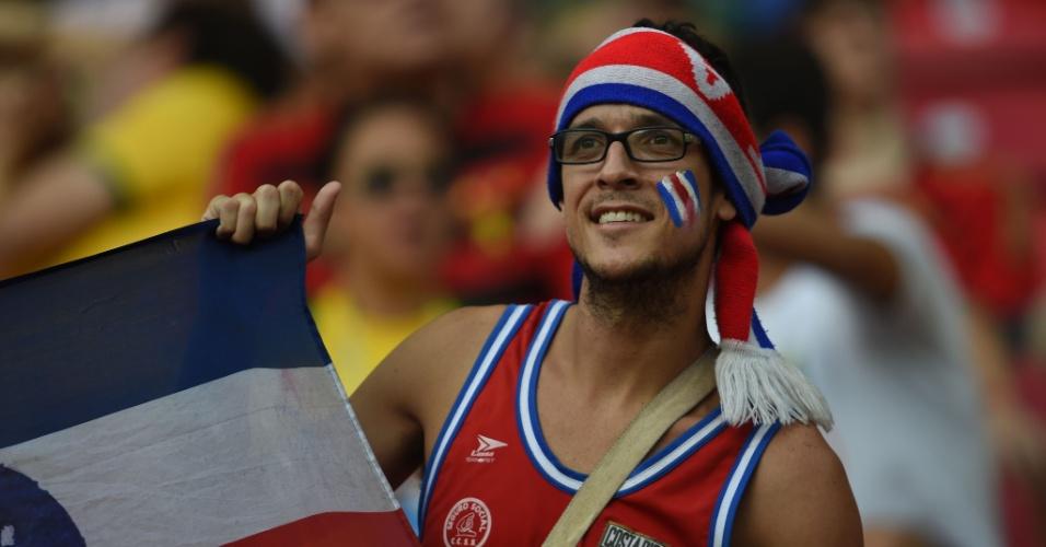 Rosto pintado, bandeira do país, camisa da seleção e touca; torcedor da Costa Rica foi preparado para a partida contra a Grécia
