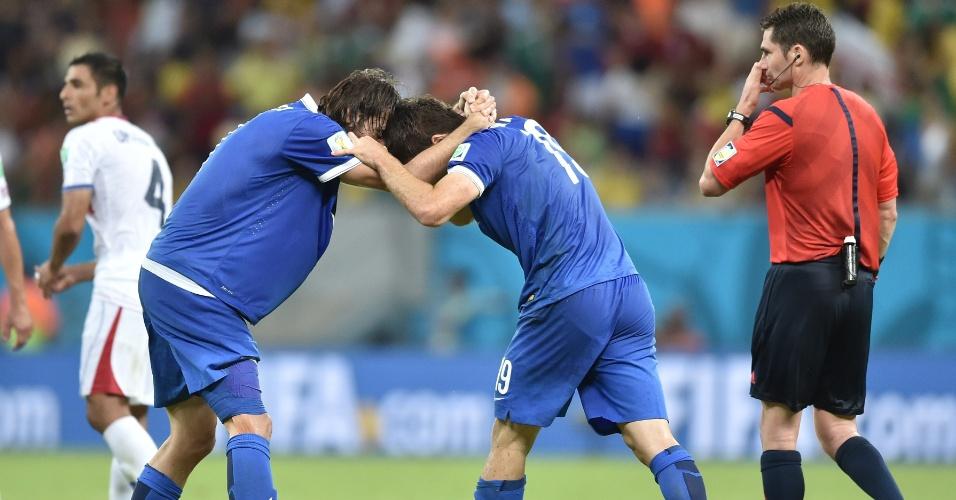 Samaras comemora com Sokratis, após o zagueiro marcar o gol de empate da Grécia contra a Costa Rica