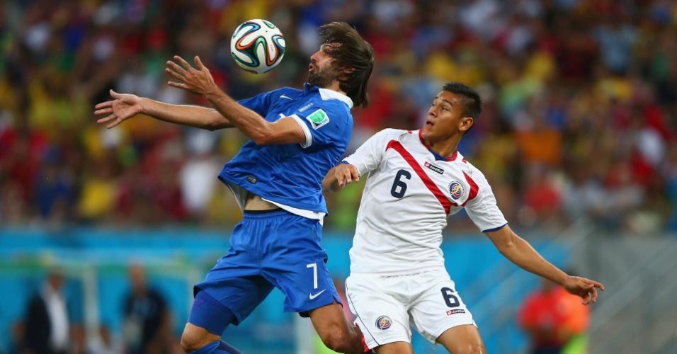 Samaras domina a bola no peito enquanto é marcado de perto por Duarte durante a partida entre Costa Rica e Grécia, na Arena Pernambuco
