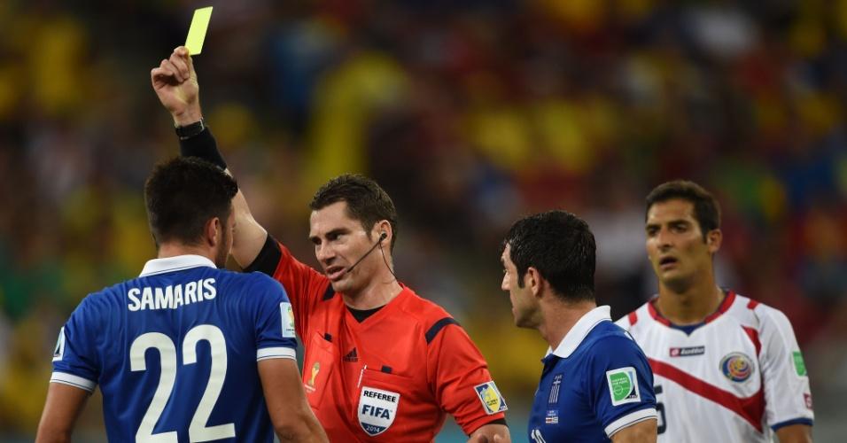 Samaris recebe o cartão amarelo após cometer falta dura em partida entre Costa Rica e Grécia, na Arena Pernambuco