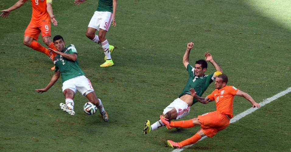 Sneijder cai ao tentar chute durante Holanda e México, na Arena Castelão, em Fortaleza