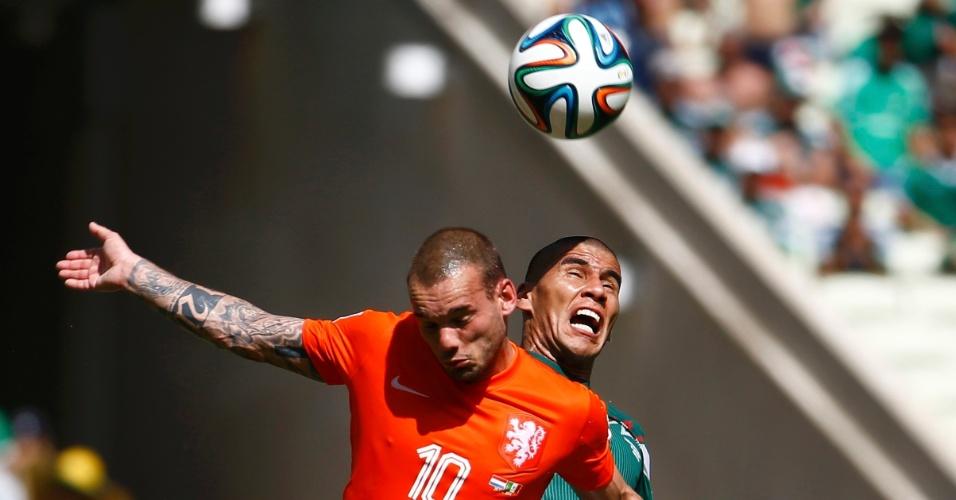 Sneijder e Salcido disputam bola pelo alto durante Holanda e México, em Fortaleza