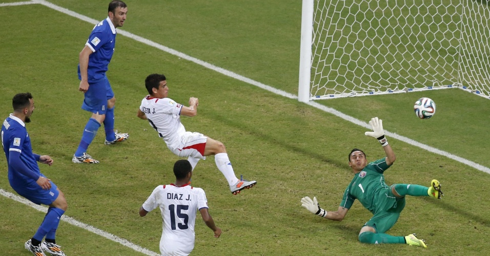 Sokratis aproveitou rebote de Navas e empatou para a Grécia contra a Costa Rica, na Arena Pernambuco