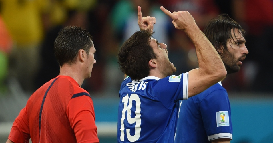 Sokratis comemora após marcar o gol de empate para a Grécia contra a Costa Rica
