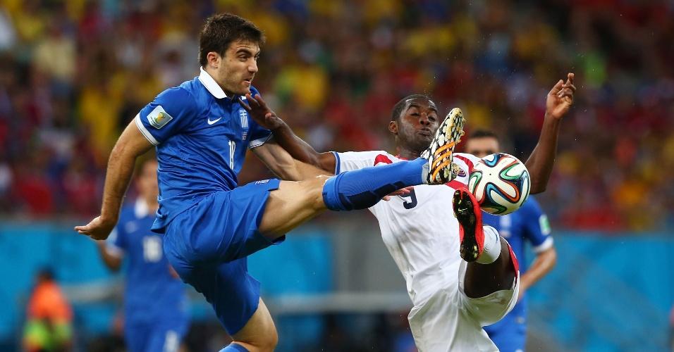 Sokratis e Campbell disputam bola pelo alto durante partida entre Costa Rica e Grécia