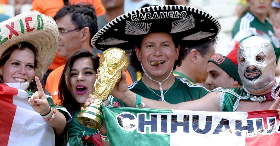 Taça da Copa, chapéu e máscara, torcedores do México fazem festa antes de partida contra a Holanda, no Castelão