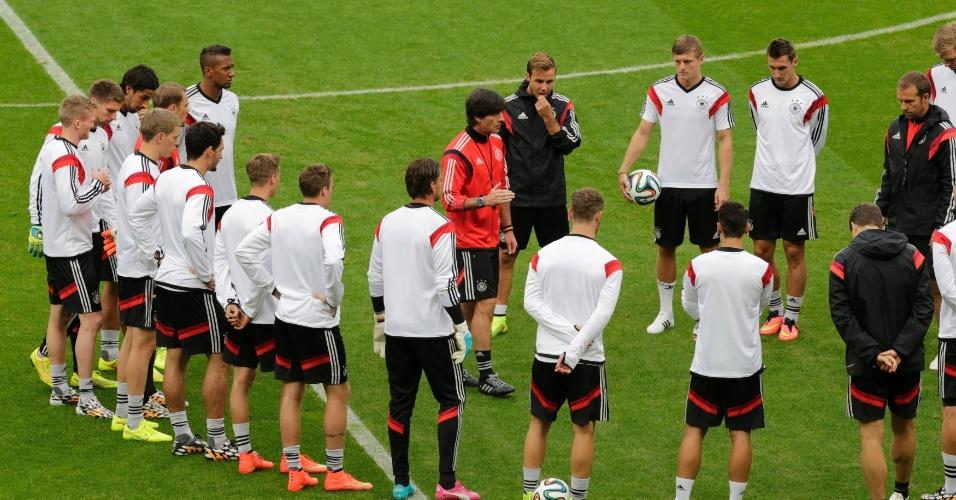Técnico alemão Joachim Löw orienta seus jogadores em treino no Beira-Rio