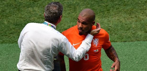 Técnico Van Gaal cumprimenta De Jong após o volante ser substituído por lesão em partida contra o México