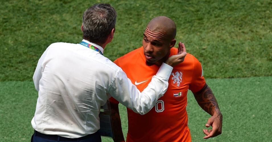 Técnico da Holanda, Van Gaal cumprimenta De Jong após o volante ser substituído por lesão em partida contra o México