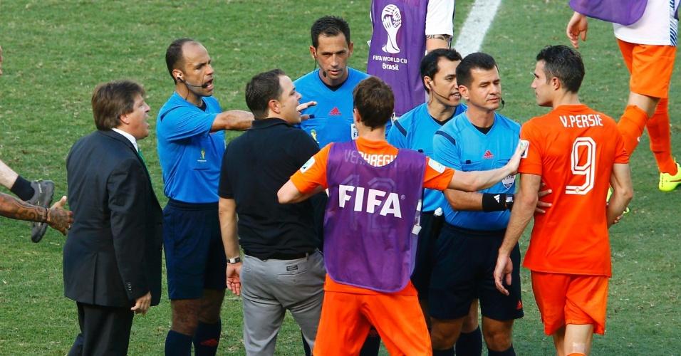 Técnico do México, Miguel Herrera discute com Van Persie após jogo contra a Holanda