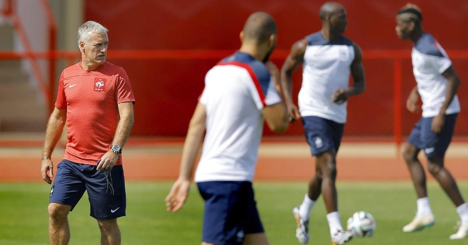 Técnico francês Didier Deschamps orienta seus jogadores em treinamento da França