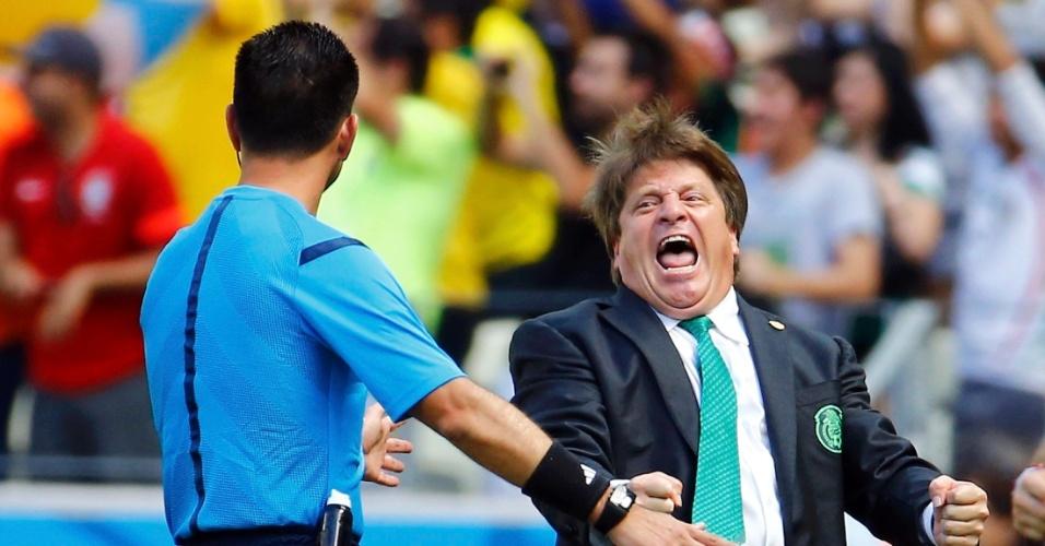 Técnico Miguel Herrera vai a loucura após Giovani Dos Santos marcar para o México contra a Holanda