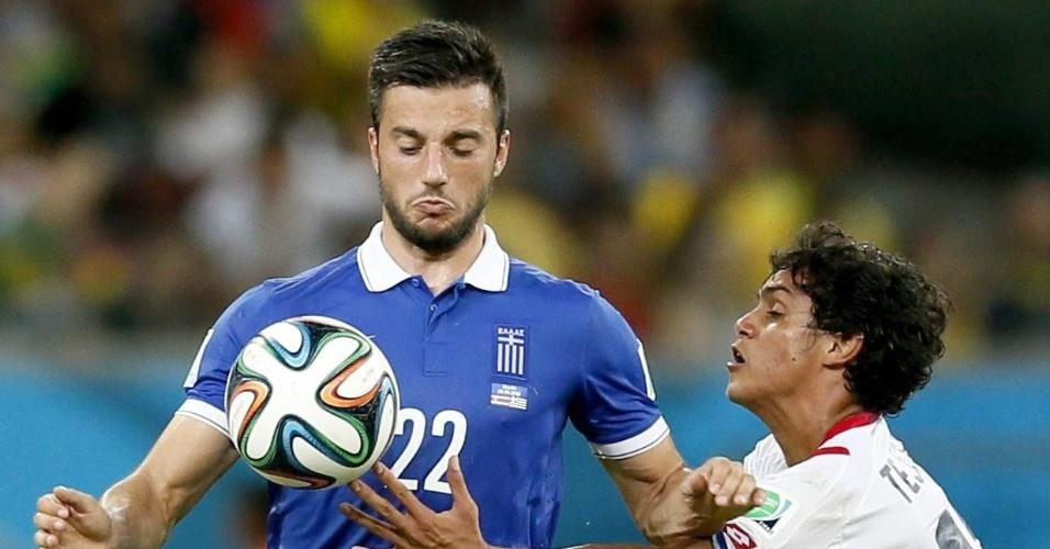 Tejeda coloca a mão na bola em disputa com Samaris durante Costa Rica e Grécia, na Arena Pernambuco