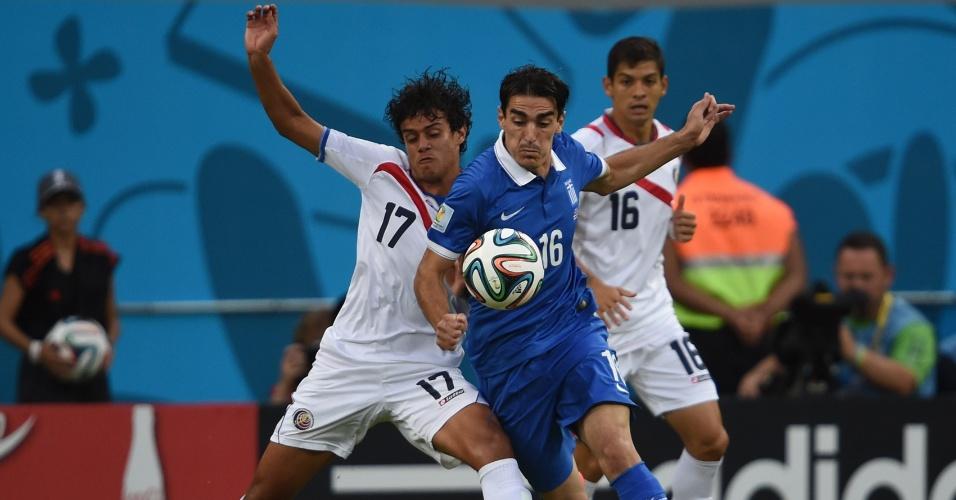 Tejeda, da Grécia, e Gamboa, da Costa Rica, disputam bola durante partida na Arena Pernambuco
