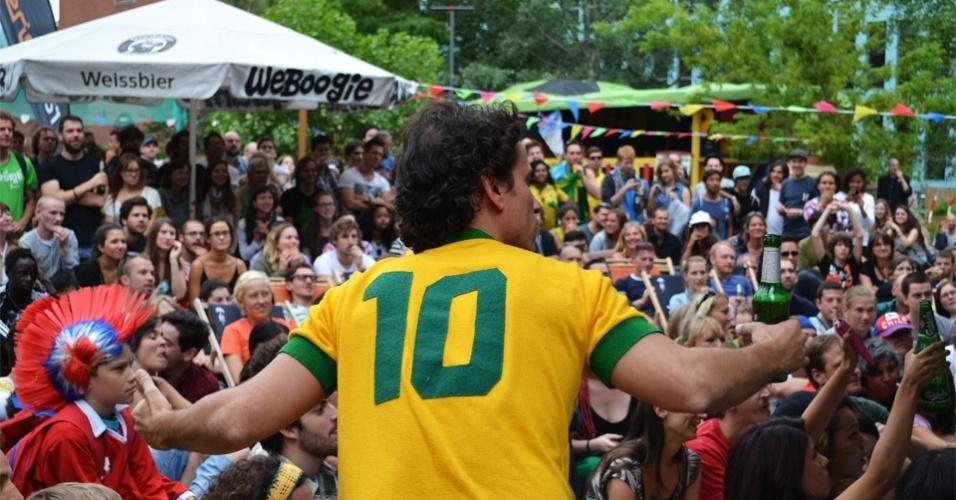 Torcedor brasileiro reclama do impedimento em gol do Hulk