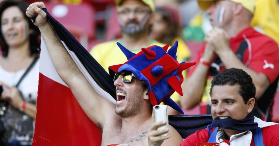 Torcedor da Costa Rica tira foto antes do início da partida contra a Grécia na Arena Pernambuco