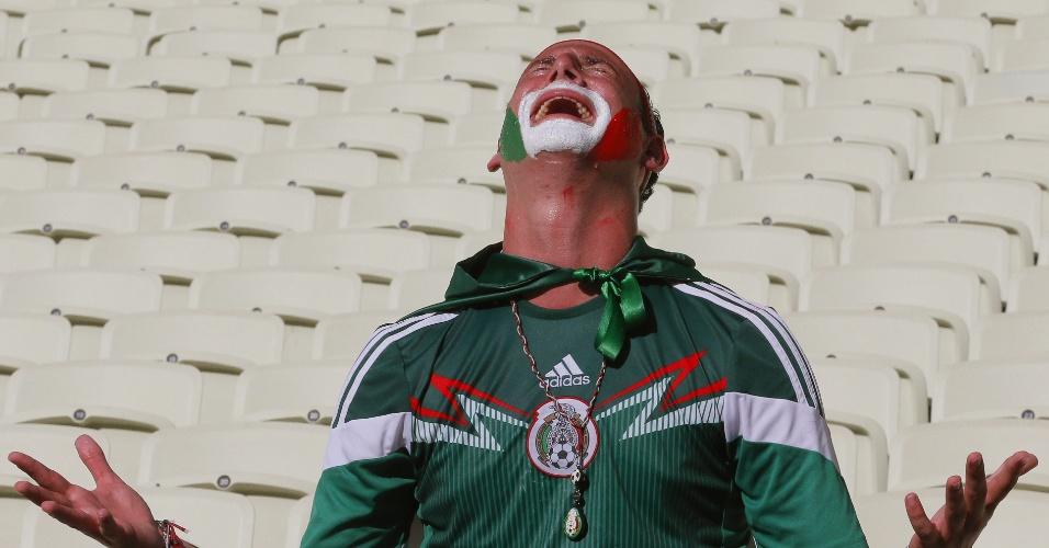 Torcedor do México chora após a equipe ser eliminada da Copa do Mundo pela Holanda