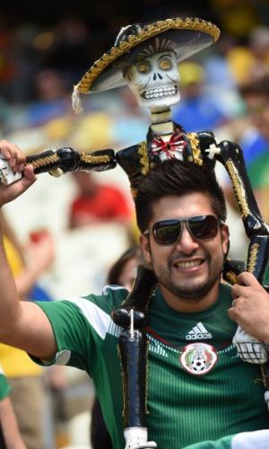 Torcedor do México leva esqueleto vestido com roupas típicas para o jogo contra a Holanda no Castelão