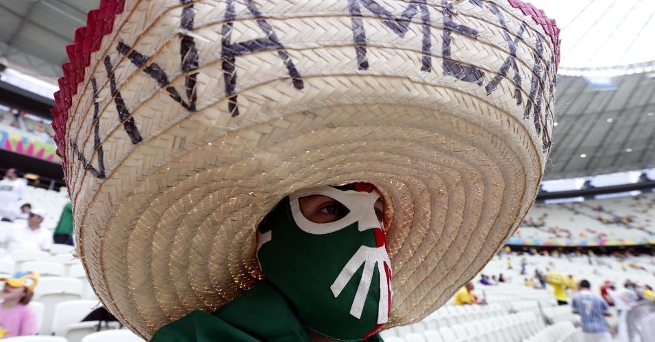 Torcedor mexicano vai de máscara e chapéu ao Castelão para assistir ao jogo contra a Holanda