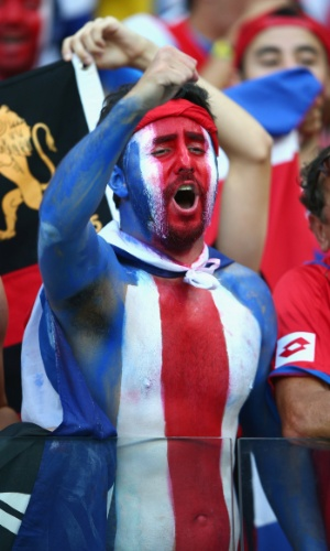 Torcedor pinta o corpo com as cores da bandeira da Costa Rica na Arena Pernambuco