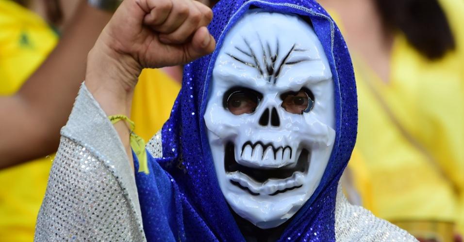 Torcedor veste fantasia de caveira para torcer pela Costa Rica na Arena Pernambuco