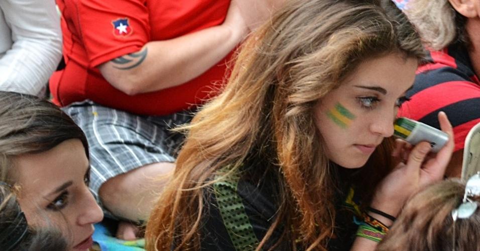 Torcedora brasileira retoca a maquiagem para assistir os pênaltis