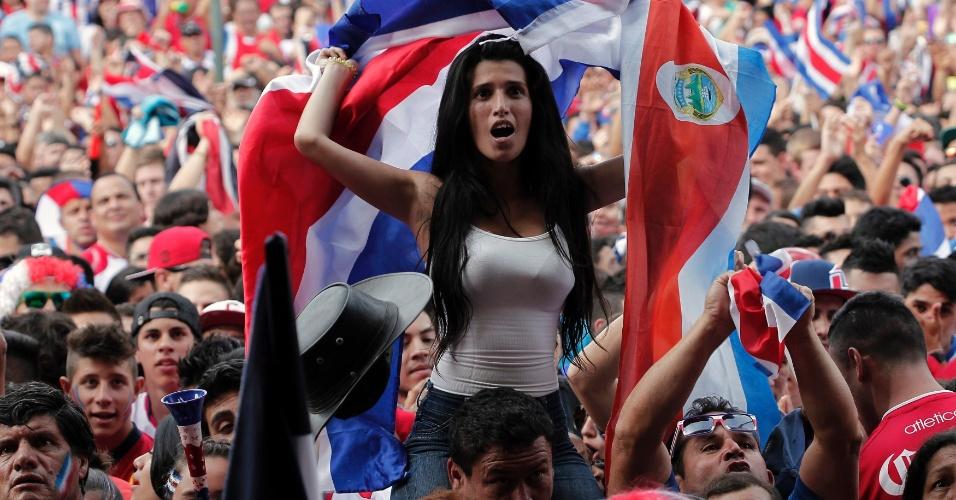 Torcedora costarriquenha assiste ao jogo das oitavas de final contra a Grécia na capital San Jose