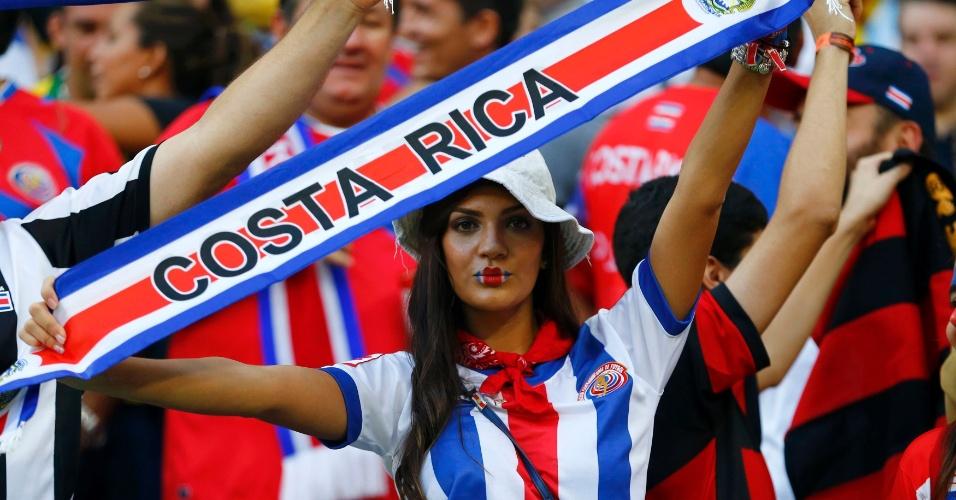 Torcedora da Costa Rica exibe faixa antes de partida contra a Grécia, na Arena Pernambuco