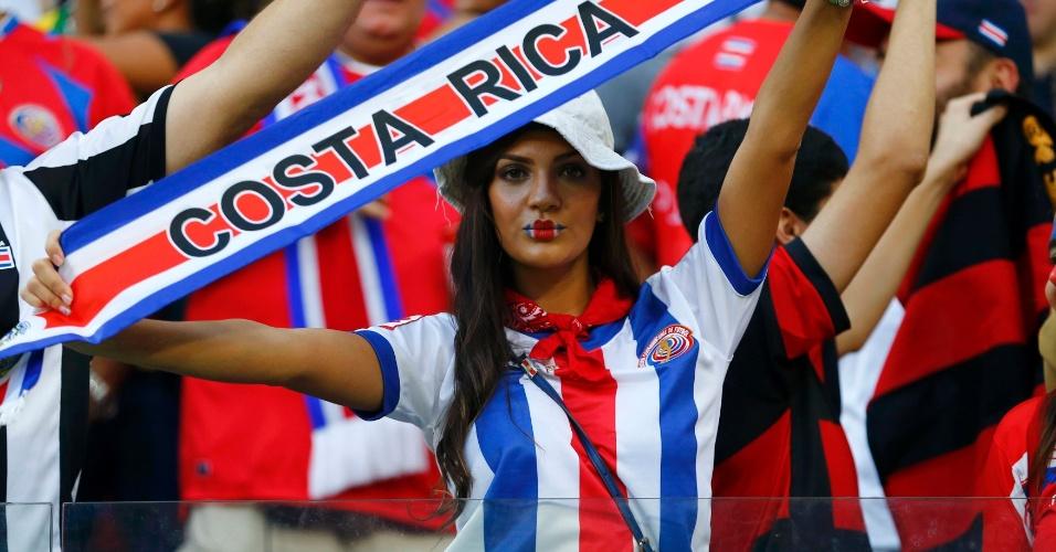 Torcedora da Costa Rica exibe faixa na Arena Pernambuco antes do confronto contra a Grécia, pelas oitavas de final
