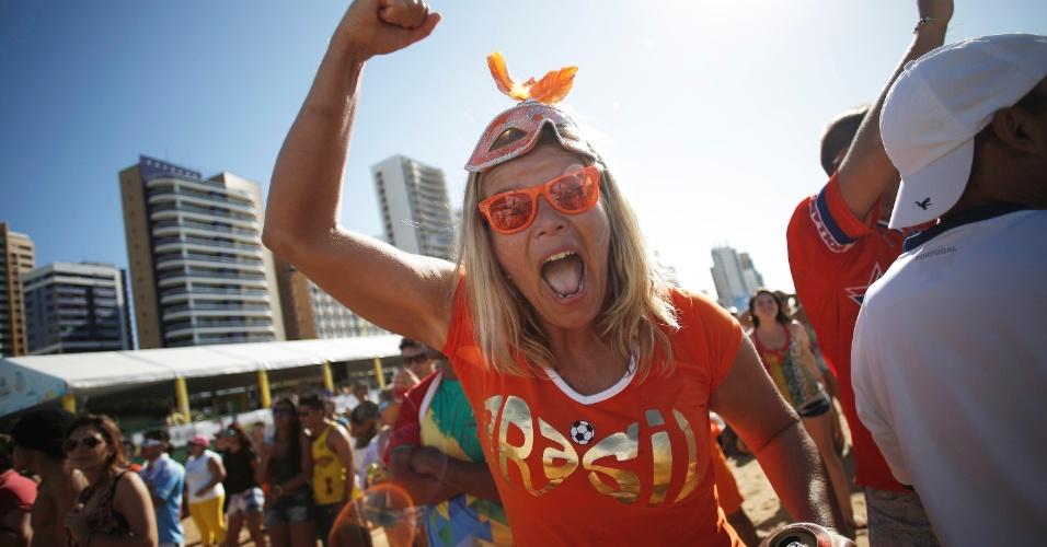 Torcedora da Holanda comemora classificação às quartas de final na Fan Fest de Fortaleza, palco do duelo contra o México