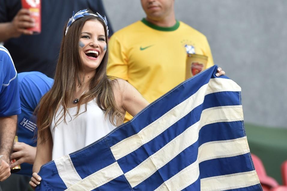 Torcedora exibe bandeira da Grécia na arquibancada da Arena Penambuco