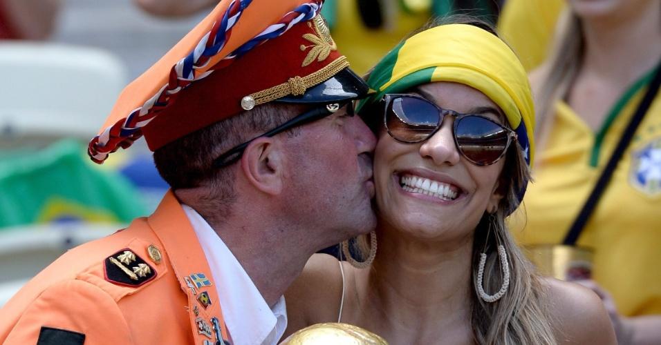 Torcedora recebe beijo de holandês no Castelão antes do jogo contra o México