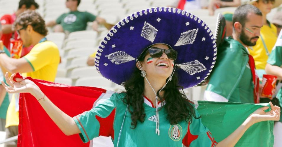 Torcedora usa o tradicional chapéu mexicano em torcida para a seleção do país contra a Holanda