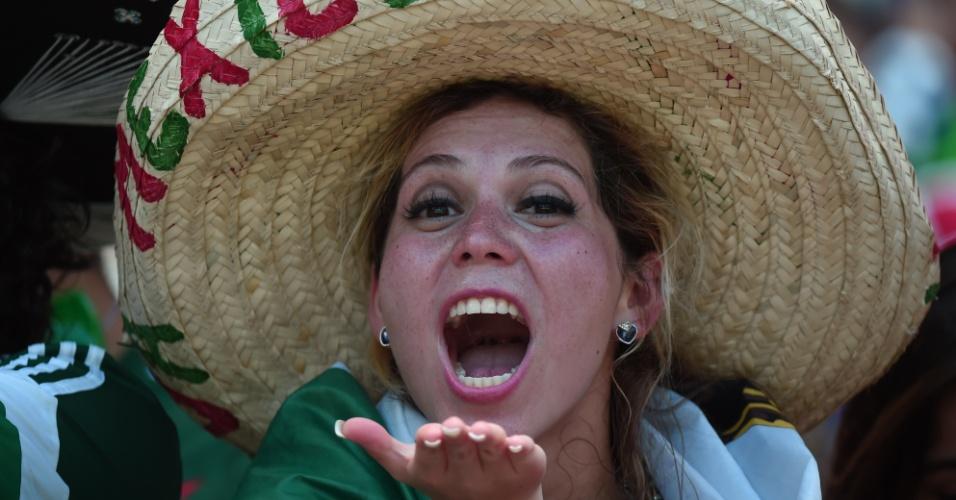 Torcedora usa tradicional chapéu mexicano para o jogo contra a Holanda no Castelão