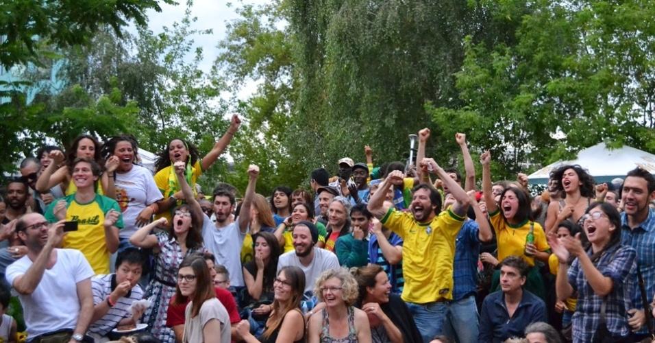 Torcedores comemoram classificação em festa junina de Berlim
