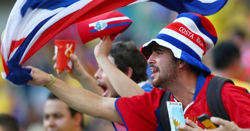 Torcedores da Costa Rica agitam bandeira do país antes de partida contra a Grécia na Arena Pernambuco