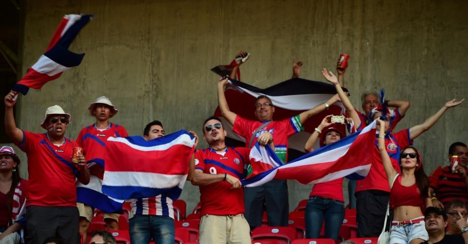 Torcedores da Costa Rica fazem festa antes de partida contra a Grécia na Arena Pernambuco