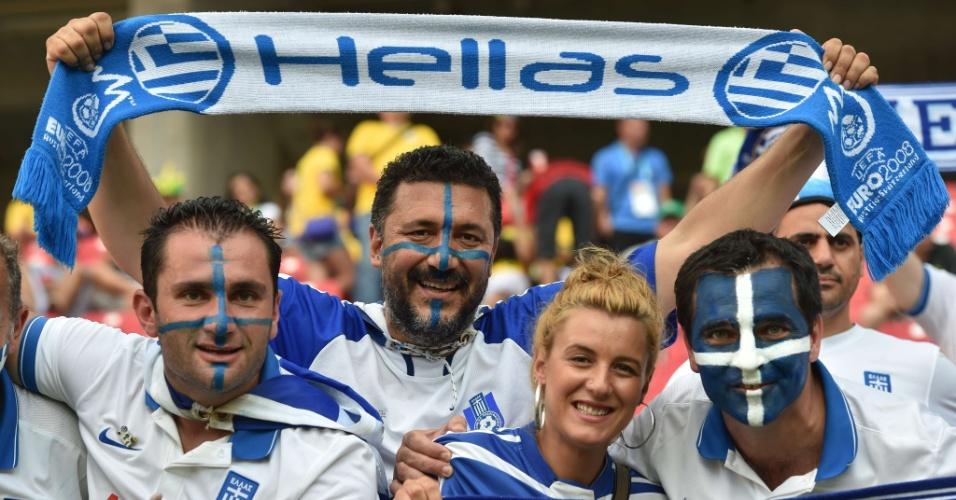 Torcedores da Grécia posam para foto antes do início da partida contra a Costa Rica, na Arena Pernambuco