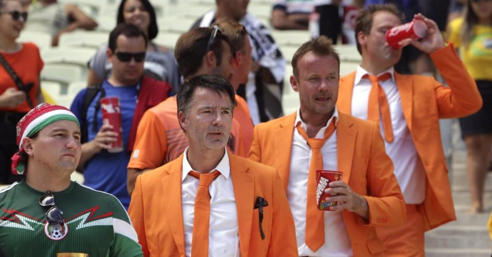 Torcedores da Holanda foram de terno laranja para acompanhar a partida contra o México, no Castelão