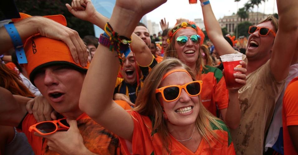 Torcedores da Holanda se espremem para celebrar vitória sobre o México e classificação às quartas de final, na Fan Fest de São Paulo