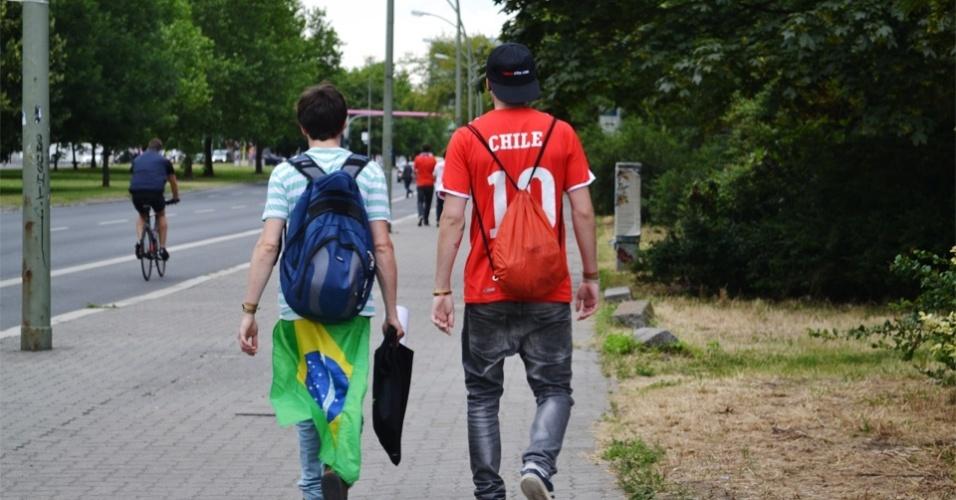 Torcedores do Brasil e Chile chegam juntos para exibição da partida na festa junina organizada em Berlim, na Alemanha