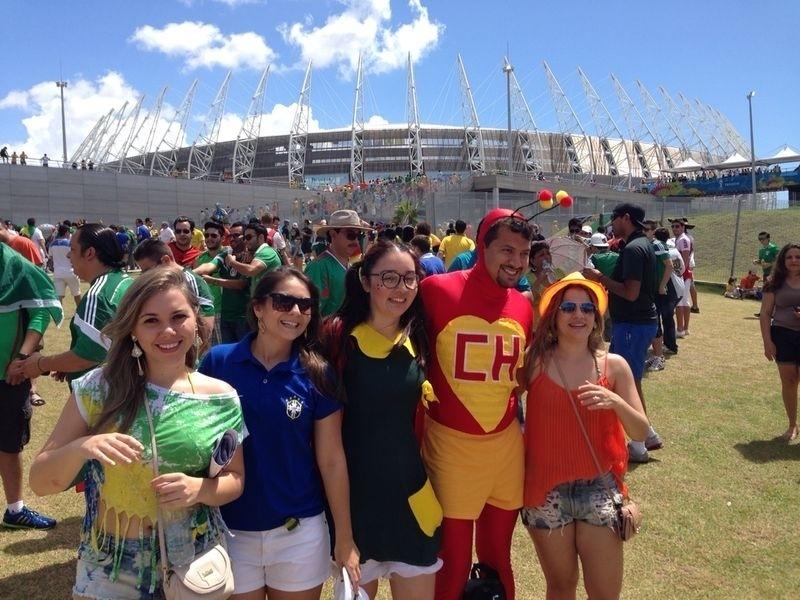 Torcedores mexicanos chegam ao Castelão, em Fortaleza, para jogo contra a Holanda