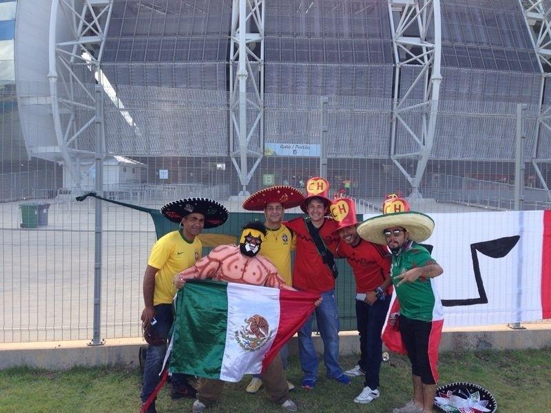 Torcedores mexicanos fantasiados fazem a festa no Castelão