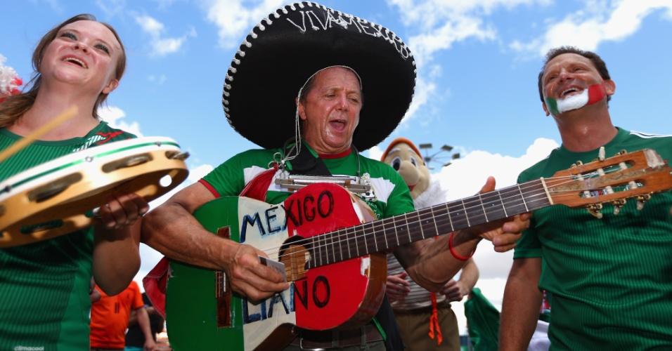 Torcedores mexicanos improvisam espetáculo musical do lado de fora do Castelão, em Fortaleza