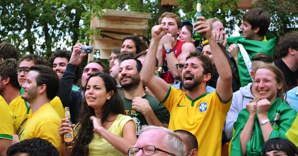 Torcedores sofrem durante cobrança de pênaltis do Brasil (28/6/14). Partida teve direito a ola e gritos de apoio ao goleiro Julio César