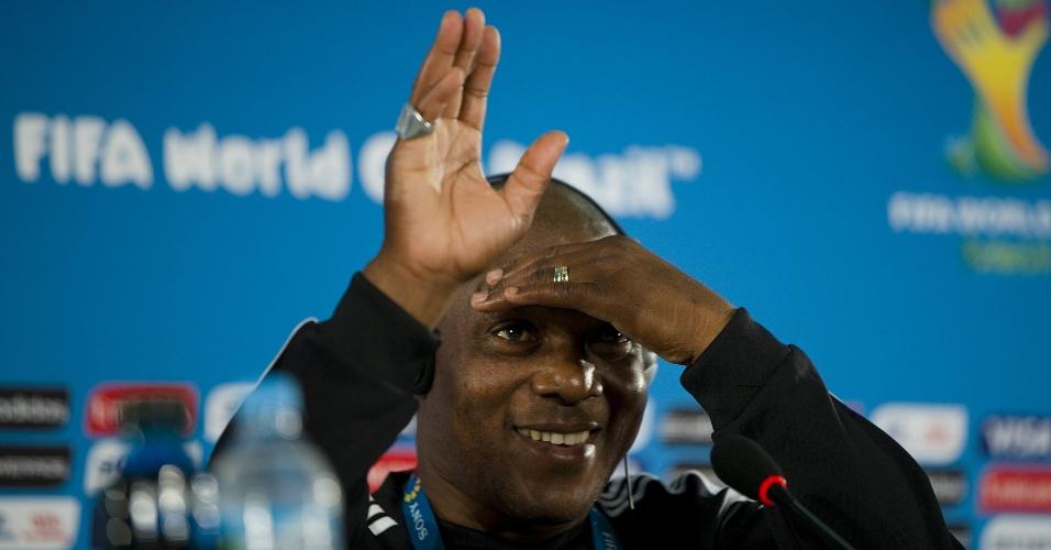 Treinador da Nigéria Stephen Keshi acena durante coletiva de imprensa em Brasília